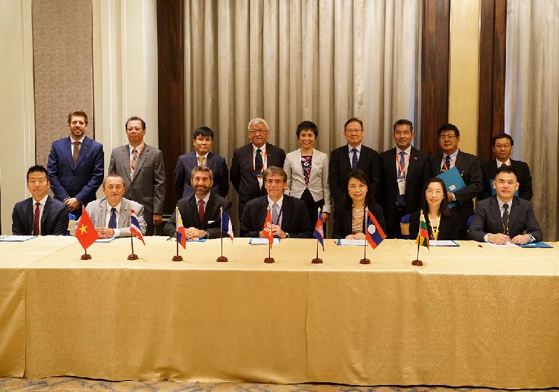 香港、法國、柬埔寨、老撾、緬甸、菲律賓、泰國和越南的民航領袖及來自航空業界的支持機構代表今日(八月八日)簽署合作備忘錄後,與國際民用航空組織秘書長柳芳博士(後排中)合照。