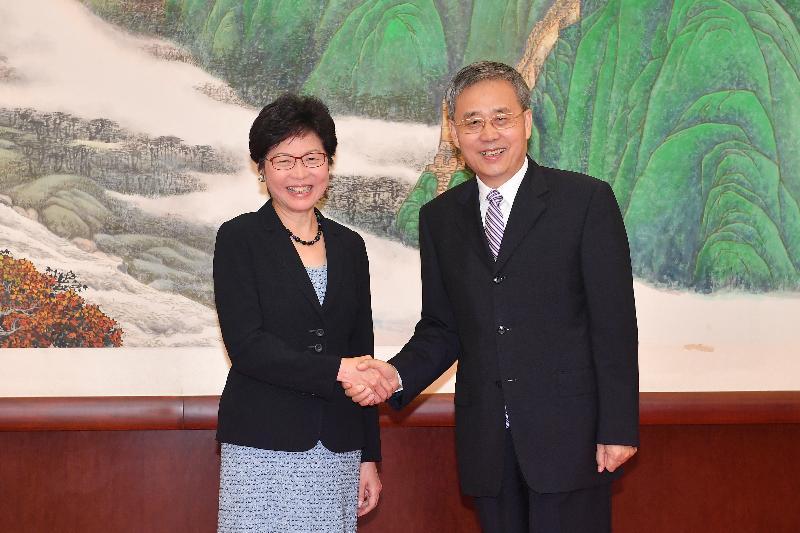 行政長官林鄭月娥(左)今早(八月八日)在北京與中國銀行業監督管理委員會主席郭樹清(右)會面。圖示二人於會面前握手。