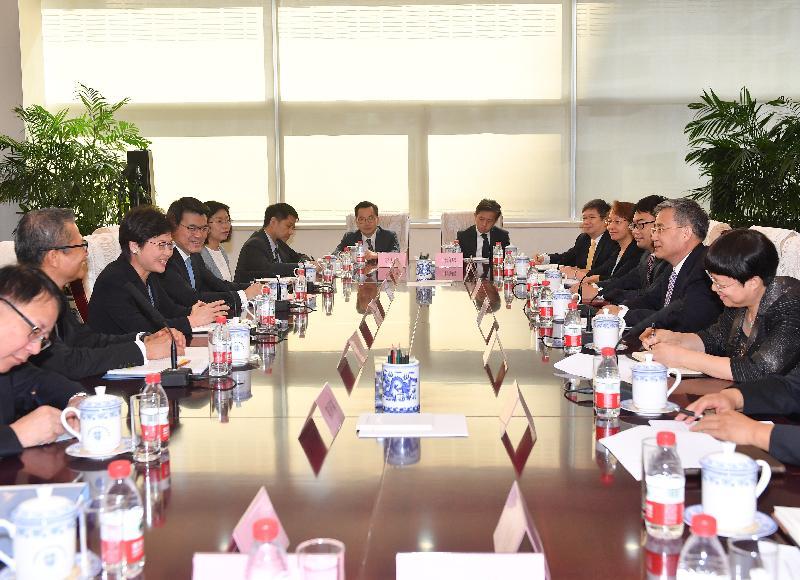 行政長官林鄭月娥(左三)今早(八月八日)在北京與中國銀行業監督管理委員會主席郭樹清(右二)會面。財政司司長陳茂波(左二)和商務及經濟發展局局長邱騰華(左四)亦有出席。
