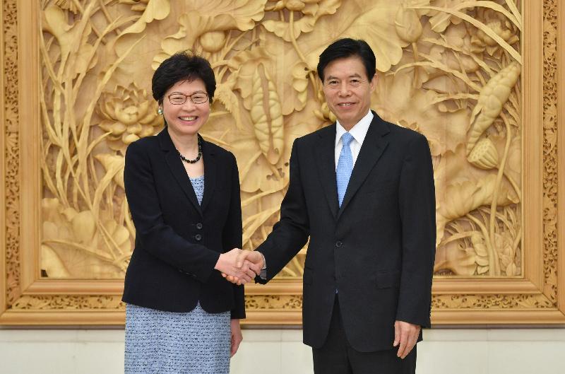 行政長官林鄭月娥(左)今日(八月八日)在北京與國家商務部部長鍾山(右)會面。圖示二人於會面前握手。