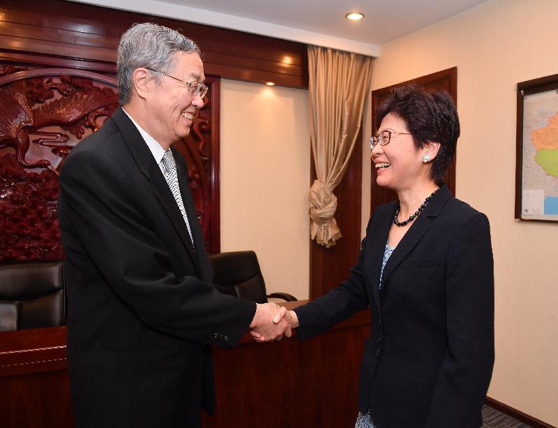 行政長官林鄭月娥(右)今早(八月八日)在北京與中國人民銀行行長周小川(左)會面。圖示二人於會面前握手。