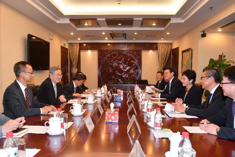 行政長官林鄭月娥(右三)今早(八月八日)在北京與中國人民銀行行長周小川(左二)會面。財政司司長陳茂波(右二)和商務及經濟發展局局長邱騰華(右四)亦有出席。