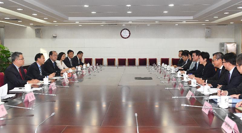 行政長官林鄭月娥(右四)今日(八月八日)下午在北京與中國證券監督管理委員會副主席姜洋(左二)會面。財政司司長陳茂波(右三)和商務及經濟發展局局長邱騰華(右五)亦有出席。