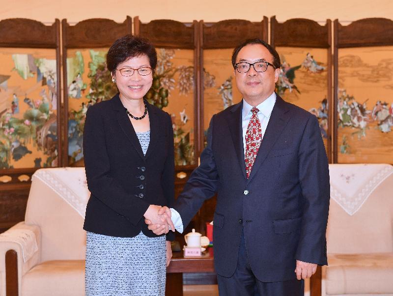 行政長官林鄭月娥(左)今日(八月八日)下午在北京與中國保險監督管理委員會副主席陳文輝(右)會面。圖示二人於會面前握手。