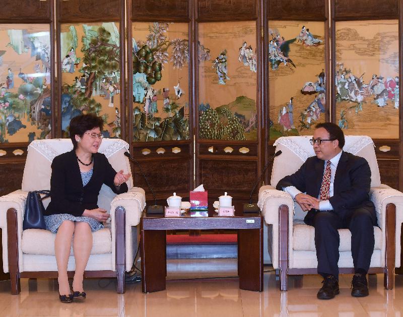 行政長官林鄭月娥(左)今日(八月八日)下午在北京與中國保險監督管理委員會副主席陳文輝(右)會面。