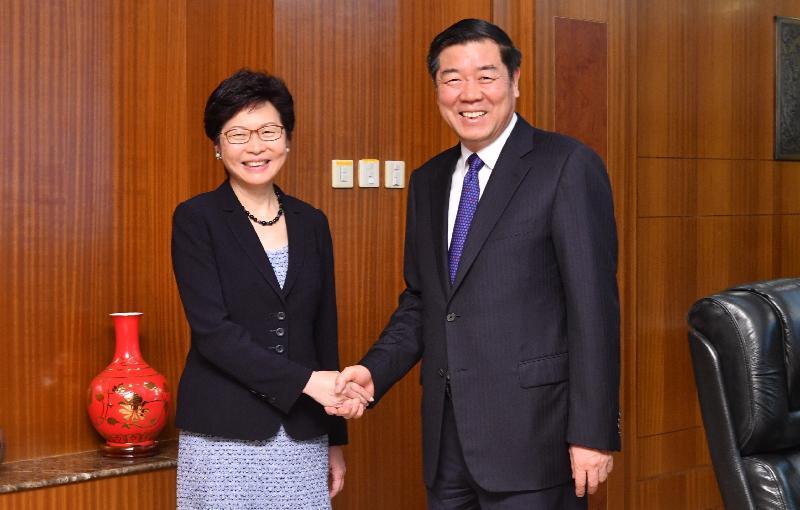 行政長官林鄭月娥(左)今日(八月八日)下午在北京與國家發展和改革委員會主任何立峰(右)會面。圖示二人於會面前握手。