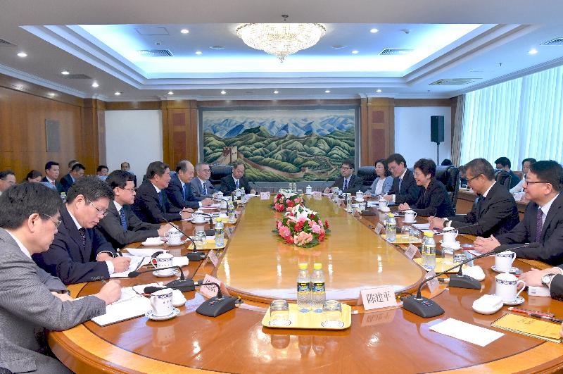 行政長官林鄭月娥(右三)今日(八月八日)下午在北京與國家發展和改革委員會主任何立峰(左四)會面。財政司司長陳茂波(右二)和商務及經濟發展局局長邱騰華(右四)亦有出席。