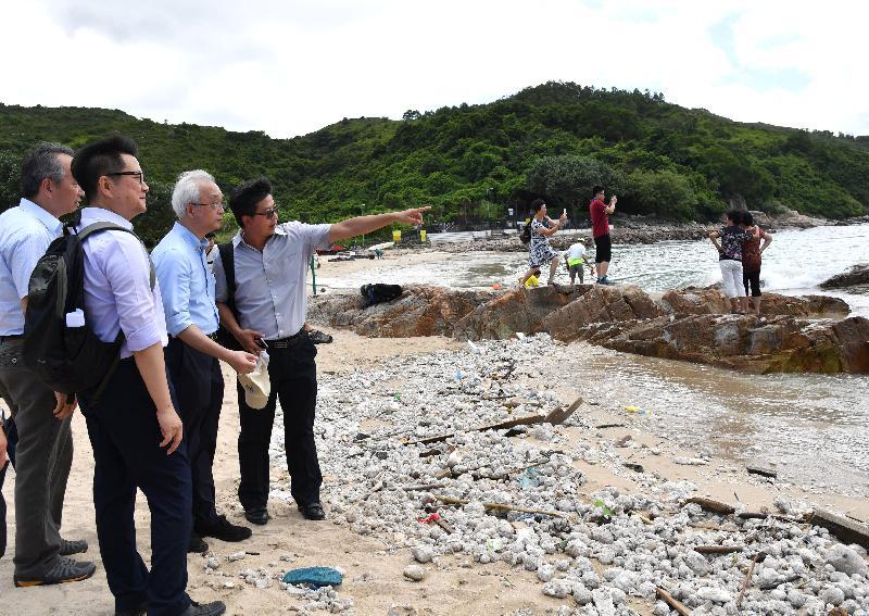 環境局副局長謝展寰(左三)今日(八月八日)到南丫島視察政府部門清理棕櫚硬脂情況,並聽取相關部門代表匯報清理工作的進展。