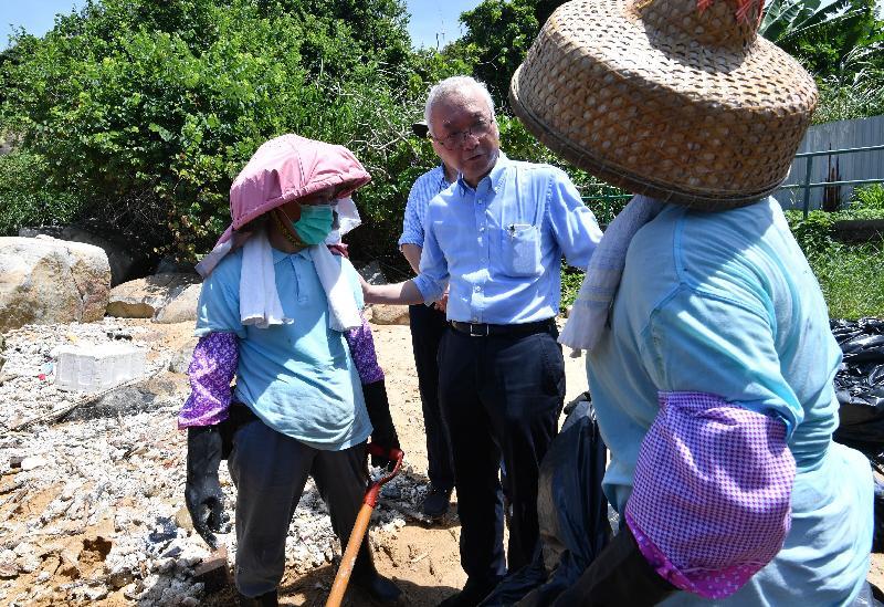 環境局副局長謝展寰(右二)今日(八月八日)到南丫島視察政府部門清理棕櫚硬脂情況,並為清潔工人打氣。