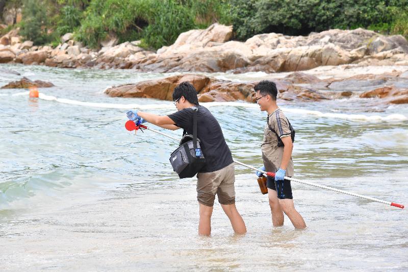 環境保護署人員今日(八月八日)在南丫島洪聖爺泳灘採集海水樣本化驗油脂含量。