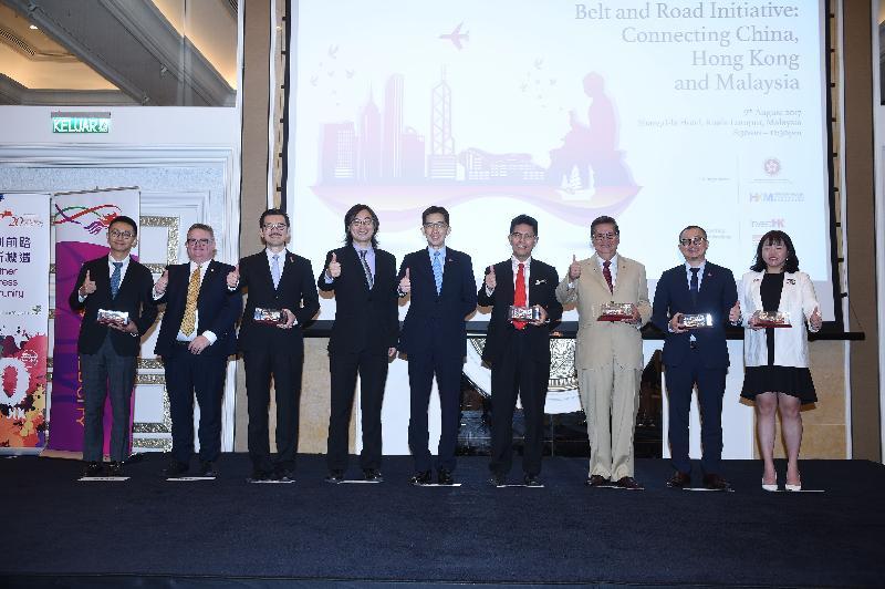 「『一带一路』倡议:连系中国、香港和马来西亚」商贸论坛今日(八月九日)在马来西亚吉隆坡举行,吸引逾一百五十名来自马来西亚不同行业的商家和企业家参与,了解更多「一带一路」倡议的资讯。图为商务及经济发展局常任秘书长(工商及旅游)容伟雄(中)、香港驻雅加达经济贸易办事处副处长(商贸关系)吴嘉俊(左四)、香港马来西亚总商会会长周俊仁(左三)、投资推广署署长傅仲森(左二)、马来西亚国家贸易促进机构首席执行官Mohd Shahreen Zainooreen Madros博士(右四)、亚洲战略与领导力研究所首席执行官丹斯里拿督杨元庆博士(右三)、香港贸易发展局东南亚及南亚首席代表黄天伟(右二)及其他嘉宾在论坛上合照。