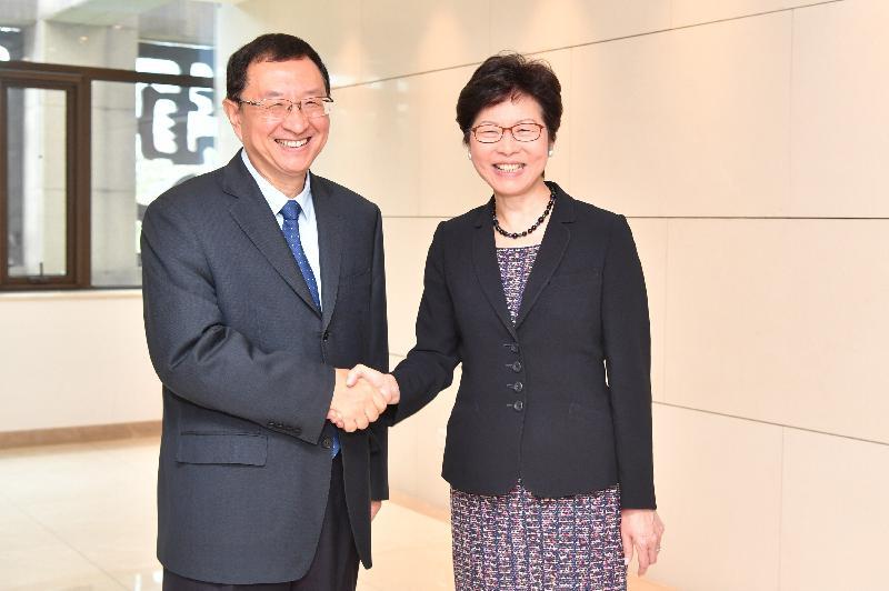 行政長官林鄭月娥(右)今早(八月九日)在北京與國家文化部部長雒樹剛(左)會面。圖示二人於會面前握手。