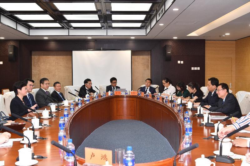 行政長官林鄭月娥(左一)今早(八月九日)在北京與國家文化部部長雒樹剛(右一)會面。商務及經濟發展局局長邱騰華(左二)亦有出席。