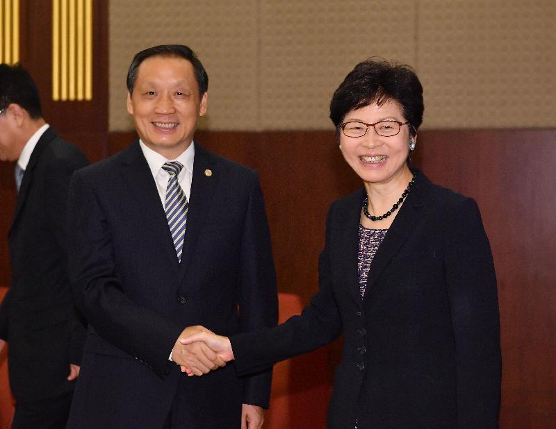 行政長官林鄭月娥(右)今早(八月九日)在北京與國家旅遊局局長李金早(左)會面。圖示二人於會面前握手。