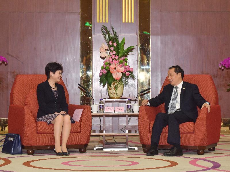 行政長官林鄭月娥(左)今早(八月九日)在北京與國家旅遊局局長李金早(右)會面。