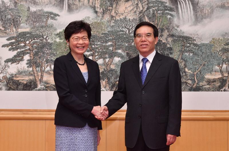 行政長官林鄭月娥(左)今日(八月九日)下午在北京與國家新聞出版廣電總局局長聶辰席(右)會面。圖示二人於會面前握手。