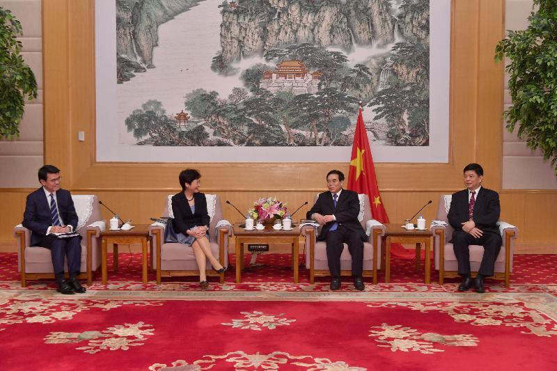 行政長官林鄭月娥(左二)今日(八月九日)下午在北京與國家新聞出版廣電總局局長聶辰席(右二)會面。商務及經濟發展局局長邱騰華(左一)亦有出席。