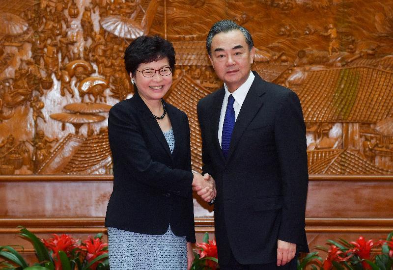 行政長官林鄭月娥(左)今日(八月九日)下午在北京與外交部部長王毅(右)會面。圖示二人於會面前握手。