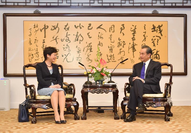 行政長官林鄭月娥(左)今日(八月九日)下午在北京與外交部部長王毅(右)會面。