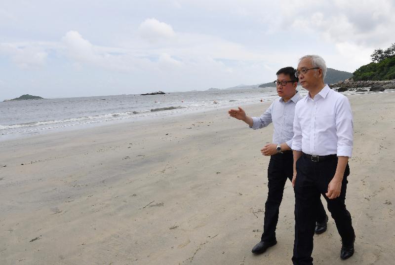 環境局副局長謝展寰(右)今日(八月九日)在康樂及文化事務署職員陪同下,到大嶼山上長沙泳灘視察棕櫚硬脂清理工作的進展。