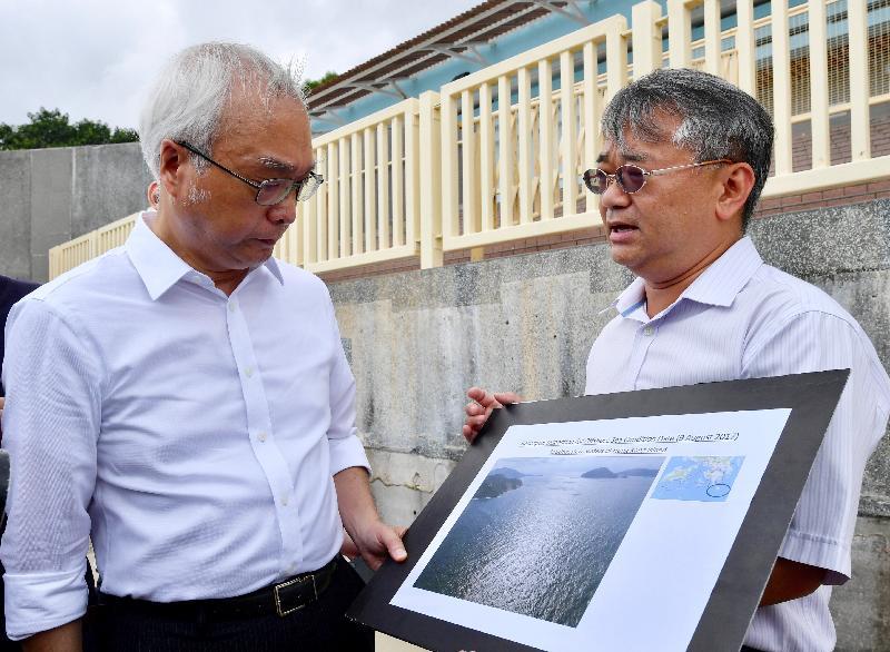 環境局副局長謝展寰(左)今日(八月九日)到大嶼山上長沙泳灘視察棕櫚硬脂清理工作的進展,並聽取環境保護署代表匯報香港島西南海面水域的最新情況。