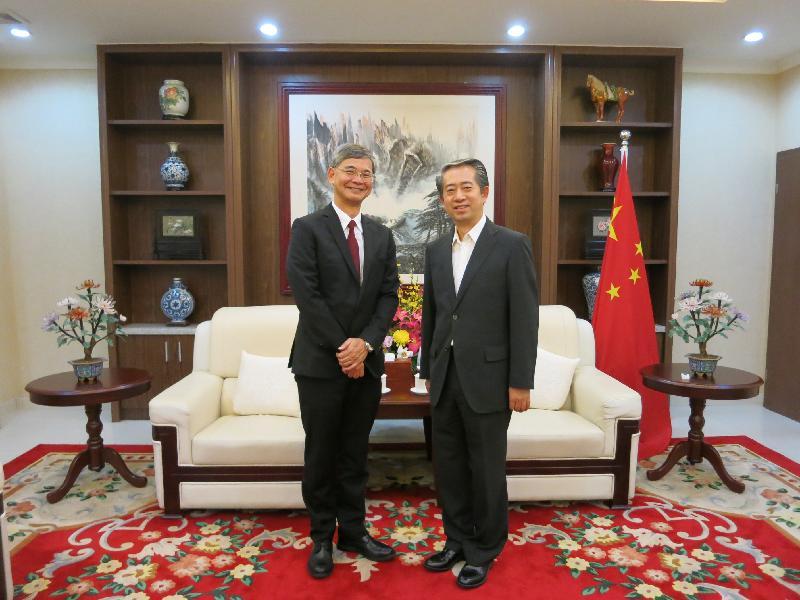 勞工及福利局局長羅致光博士今日(八月十日)展開在柬埔寨的訪問行程,並拜會中國駐柬埔寨大使熊波,介紹香港最新狀況。圖示羅致光博士(左)與熊波合照。