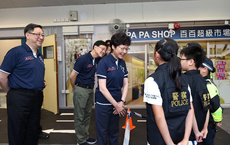 主禮嘉賓參觀模擬罪案現場訓練室。