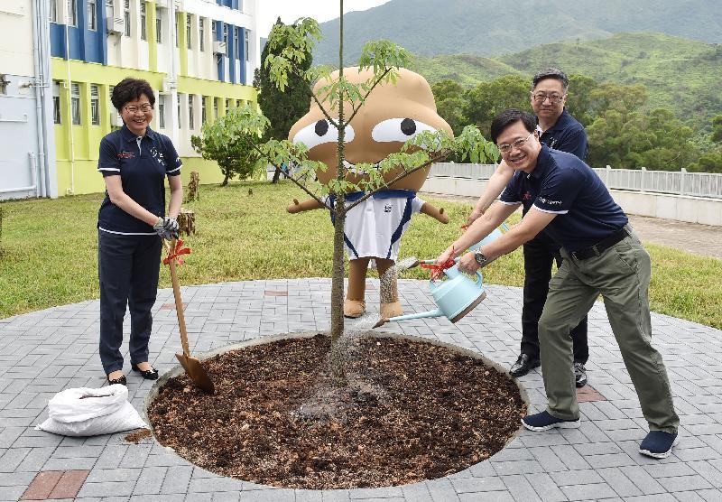 主禮嘉賓與「大嘥鬼」參與植樹活動,以紀念少年警訊永久活動中心暨青少年綜合訓練營正式開幕。