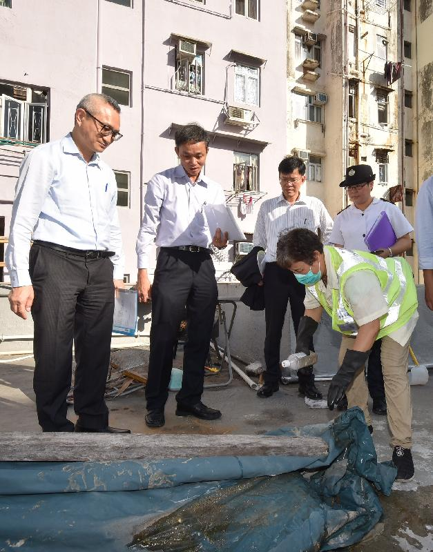 From left: the Under Secretary for Food and Health, Dr Chui Tak-yi; the District Environmental Hygiene Superintendent (Mong Kok) of the Food and Environmental Hygiene Department (FEHD), Mr Edward Chan; and Assistant Director of Food and Environmental Hygiene (Operations) Mr Lam Wing-hong today (August 11) inspect mosquito prevention and control work on the rooftop of a residential building in Mong Kok.