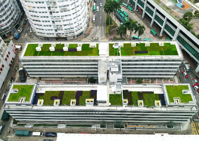 香港房屋委員會的公共租住房屋項目華廈邨在2017香港建築師學會兩岸四地建築設計論壇及大獎的住宅組別獲頒銀獎,為今年該組別的最高榮譽。圖示華廈邨的綠化天台。