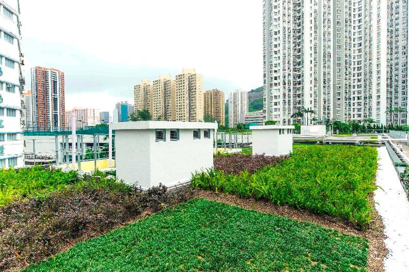 香港房屋委員會的公共租住房屋項目華廈邨在2017香港建築師學會兩岸四地建築設計論壇及大獎的住宅組別獲頒銀獎,為今年該組別的最高榮譽。圖示綠化天台上被保留的煙囪,反映原有工業特徵。