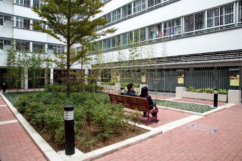 香港房屋委員會的公共租住房屋項目華廈邨在2017香港建築師學會兩岸四地建築設計論壇及大獎的住宅組別獲頒銀獎,為今年該組別的最高榮譽。圖示華廈邨的綠化庭園。