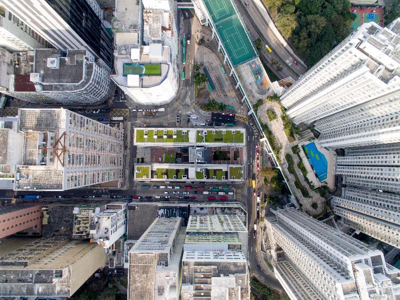 香港房屋委員會的公共租住房屋項目華廈邨在2017香港建築師學會兩岸四地建築設計論壇及大獎的住宅組別獲頒銀獎,為今年該組別的最高榮譽。圖示華廈邨項目在現有的工業區內創造城市綠洲。