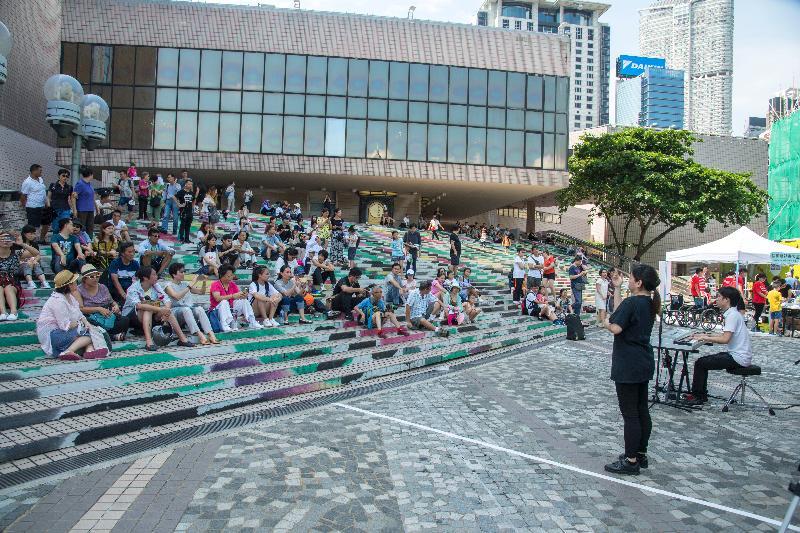 「敢!觀花語」藝術嘉年華八月二十日下午二時至六時在大埔海濱公園舉行。圖示八月六日在香港文化中心露天廣場舉行的「敢!觀花語」藝術嘉年華。