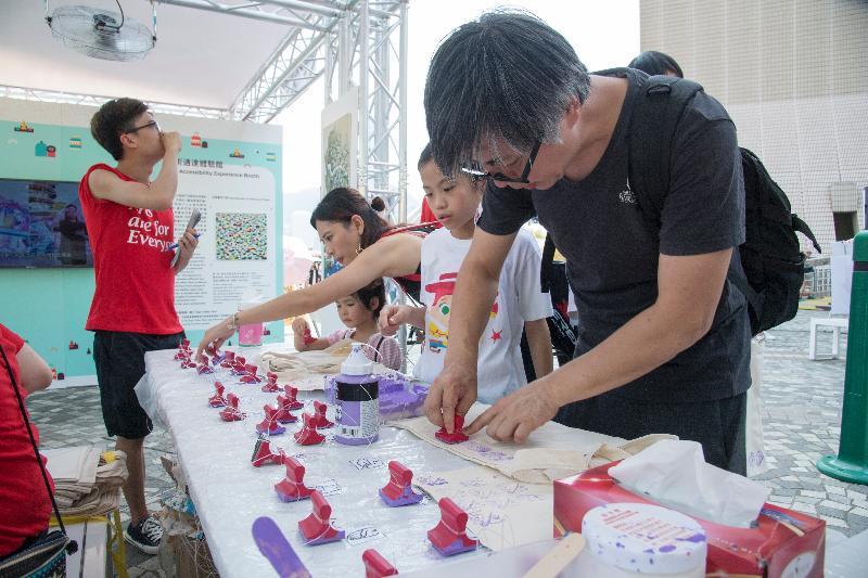 「敢!觀花語」藝術嘉年華八月二十日下午二時至六時在大埔海濱公園舉行,當日將舉行的自製印章帆布袋活動。