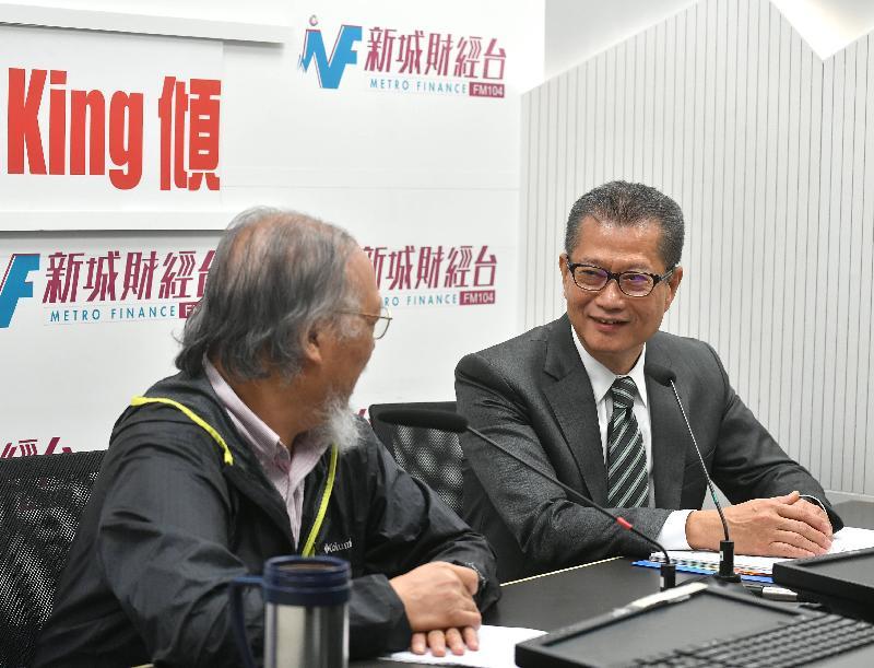 財政司司長陳茂波(右)今早(八月十四日)出席新城電台節目「香樹輝King King傾」。