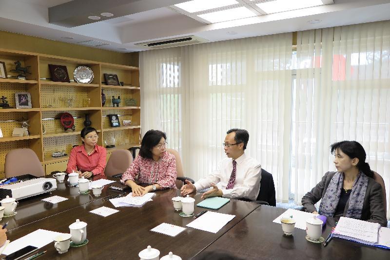 政制及內地事務局局長聶德權(右二)今日(八月十五日)到訪香港特別行政區政府駐北京辦事處(駐京辦),聽取駐京辦主任傅小慧(左二)匯報工作。