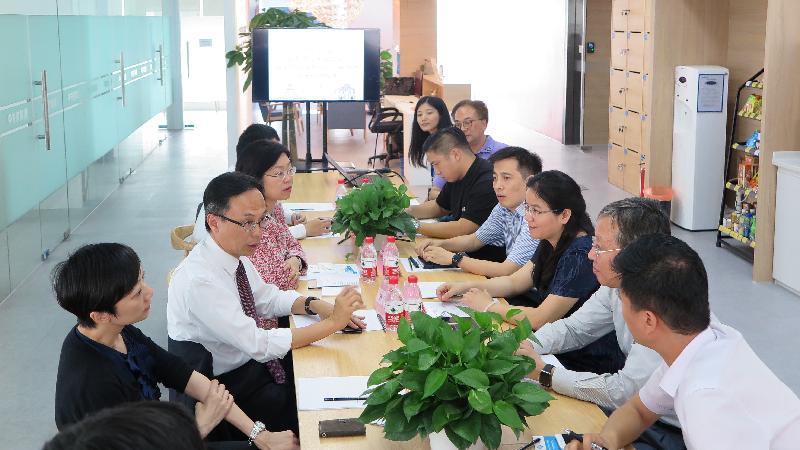 政制及內地事務局局長聶德權(左二)今日(八月十五日)下午到訪中關村京港澳青年創新創業中心,並與香港年輕創業者會面,了解他們的創業經驗和在北京生活的情況。