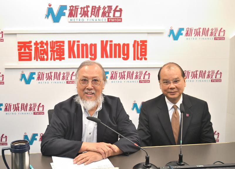 政務司司長張建宗(右)今早(八月十六日)出席新城電台節目「香樹輝King King傾」。