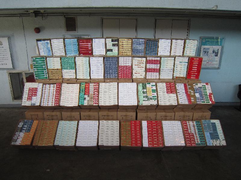 香港海關昨日(八月十五日)在文錦渡管制站一輛入境貨櫃車上檢獲約一百二十萬支懷疑私煙。圖示部分檢獲的懷疑私煙。