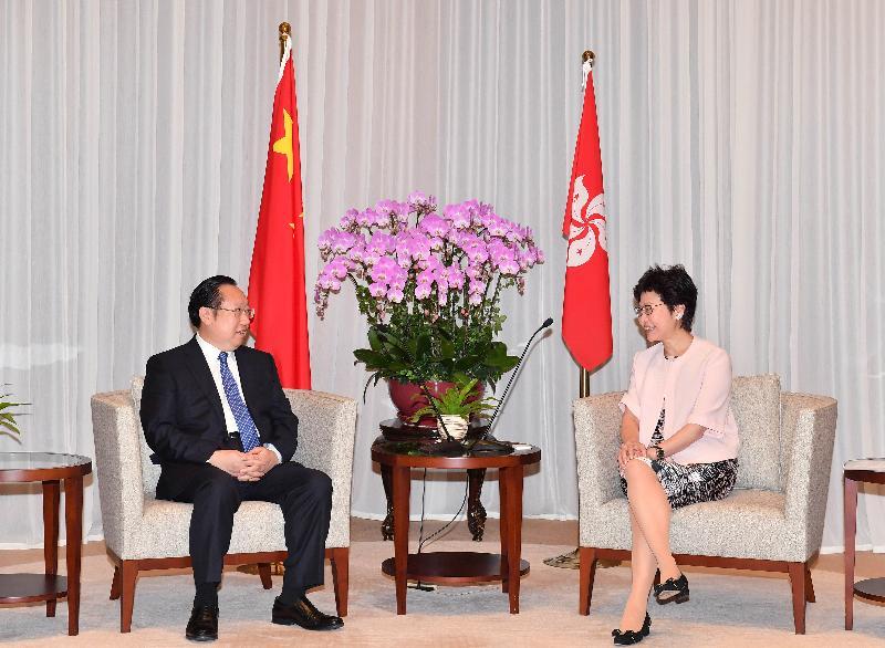 行政長官林鄭月娥(右)今日(八月十六日)上午在行政長官辦公室與湖北省省長王曉東(左)會面。