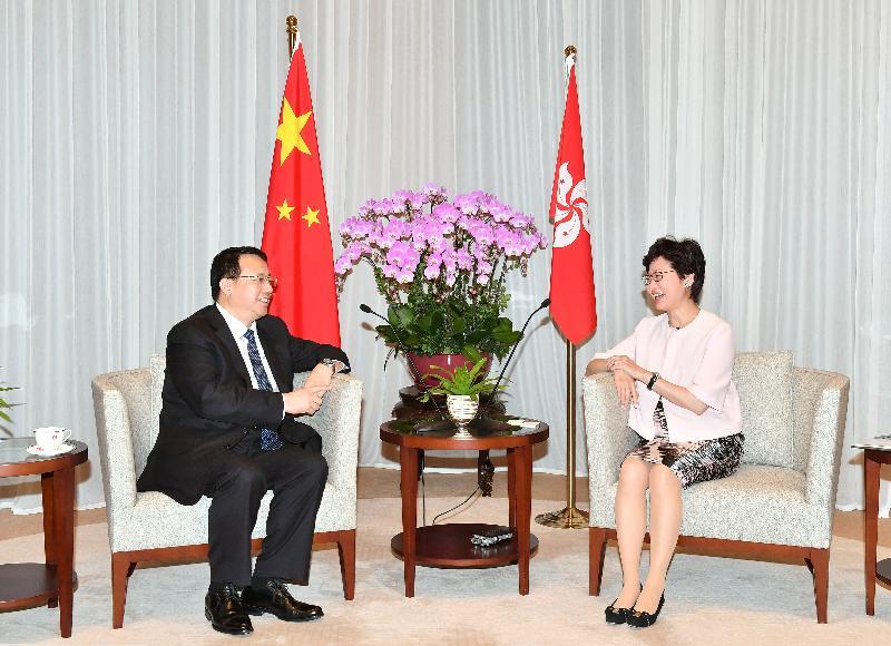 行政長官林鄭月娥(右)今日(八月十六日)下午在行政長官辦公室與訪港的山東省省長龔正會面。