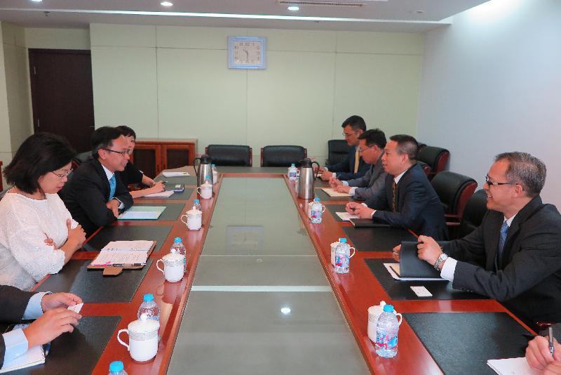 政制及內地事務局局長聶德權(左二)今日(八月十六日)在北京與國務院港澳事務辦公室副主任黃柳權(右二)會面。