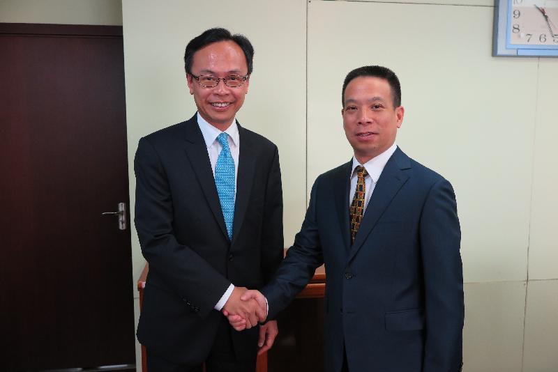 政制及內地事務局局長聶德權(左)今日(八月十六日)在北京與國務院港澳事務辦公室副主任黃柳權會面。圖示兩人在會面前握手。