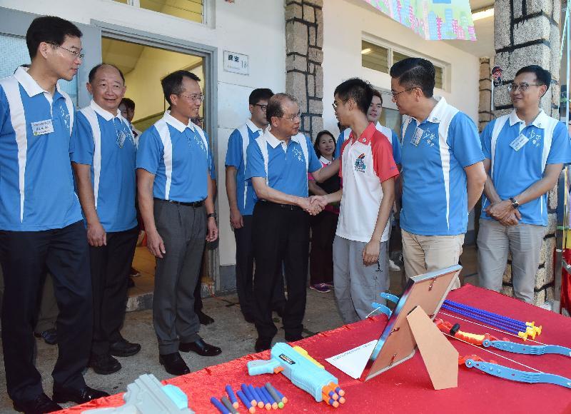 主禮嘉賓參觀由少年警訊會員製作的滅罪攤位。