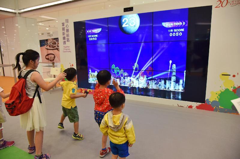 「香港特別行政區成立二十周年巡迴展覽」今日(八月十七日)起在尖沙咀海港城海運大廈展覽大堂舉行。圖示小朋友參與互動遊戲。