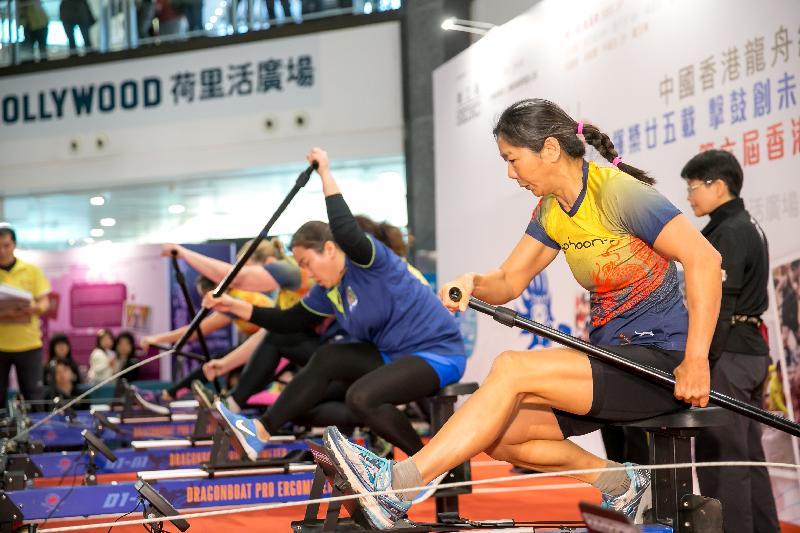第七屆香港室內龍舟錦標賽八月二十七日在鑽石山荷里活廣場一樓明星廣場舉行。圖示去年的精彩比賽。