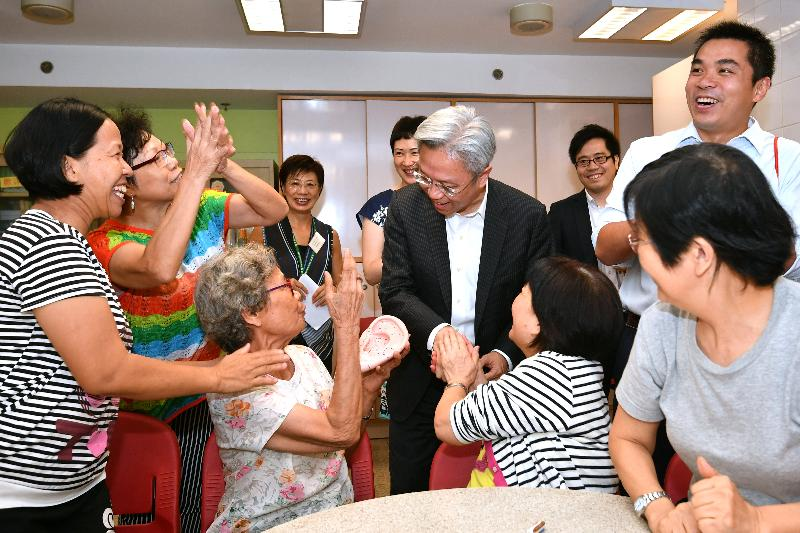 Touring the SAGE Tsuen Wan District Elderly Community Centre operated by the Hong Kong Society for the Aged today (August 22), the Secretary for the Civil Service, Mr Joshua Law (centre), chats with elderly people to learn about their daily life and needs.