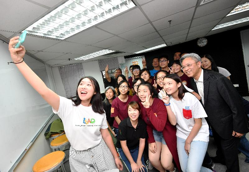 The Secretary for the Civil Service, Mr Joshua Law, visited the Tsuen Wan Youth S.P.O.T. of the Hong Kong Federation of Youth Groups today (August 22). Photo shows Mr Law (first right) posing for a selfie with a group of young volunteers.