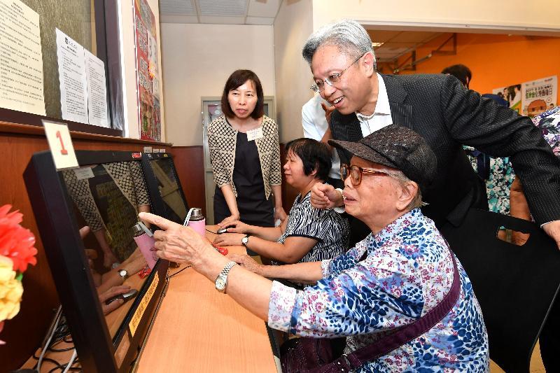 公務員事務局局長羅智光(右)今日(八月二十二日)到訪耆康會荃灣長者地區中心,了解中心為長者提供的設施和服務。